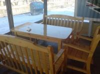 Масивна маса с пейки